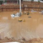 הצפת אתר עבודות עם סכנת קריסה למבנים שכנים